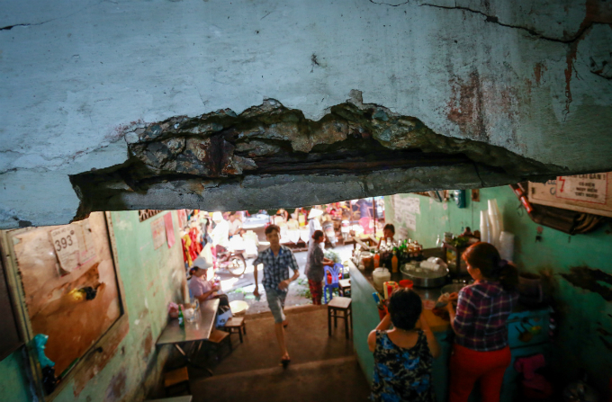 saigons-dilapidated-apartments-leave-residents-hanging-in-balance-3