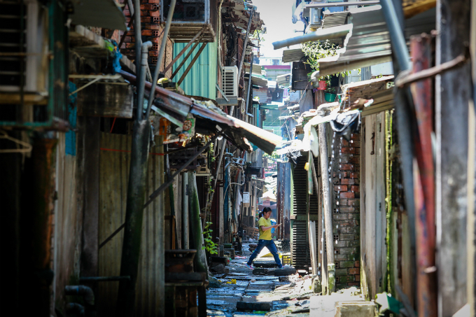 saigons-dilapidated-apartments-leave-residents-hanging-in-balance-7