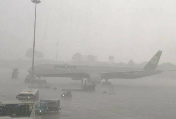 Unseasonal rain floods Ho Chi Minh City airport, paralyzes transport