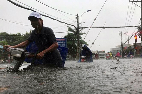 unseasonal-rain-floods-ho-chi-minh-city-airport-paralyzes-transport