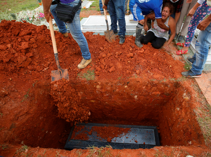 A woman cries next to a coffin in the cemetery after flooding and mudslides caused by heavy rains leading several rivers to overflow, pushing sediment and rocks into buildings and roads, in Mocoa, Colombia, April 3, 2017. REUTERS/Jaime Saldarriaga