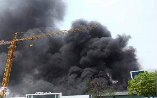 fire-descimates-hanoi-warehouse-complex