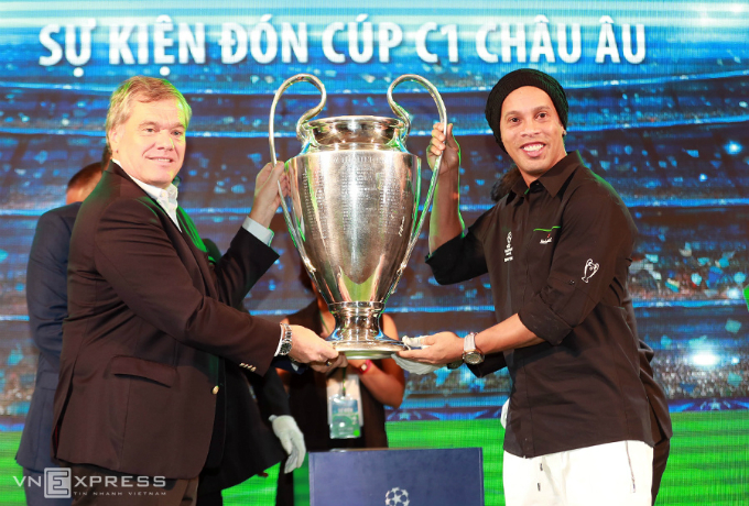 ronaldinho-lifts-champions-league-trophy-in-vietnam-1