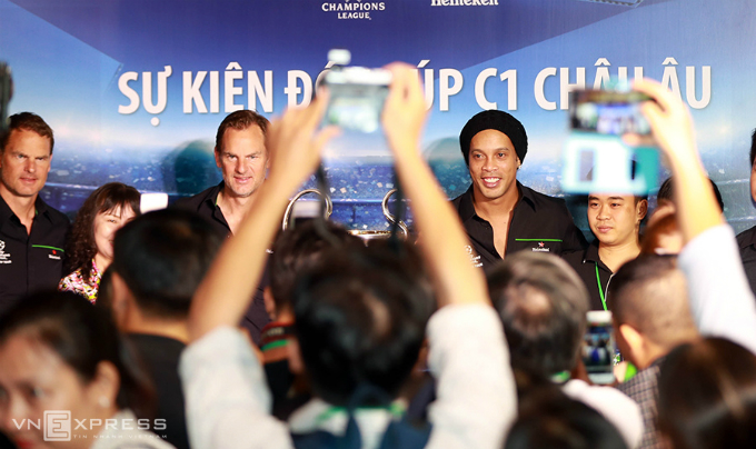 Based on the schedule, Ronaldinho and Boer brothers will go to the southern city of Can Tho to participate in the Champion League Trophy event, before returning to HCMC to join a friendly exchange with the fans in the following day at Military Zone 7 Stadium.  This years UEFA Champions League Trophy tour will be held in Can Tho (April 13), HCMC (14/4), Dong Nai (15/4), Da Nang (16/4), Hanoi (17/4) 4) and Hai Phong (18/4).