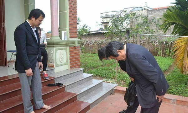 Japanese ambassador bows to apologize to father of Vietnamese girl killed in Japan