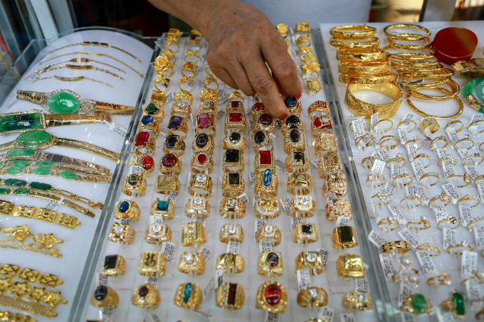 jewelry-corner-where-saigon-glitters-are-up-for-sale-3