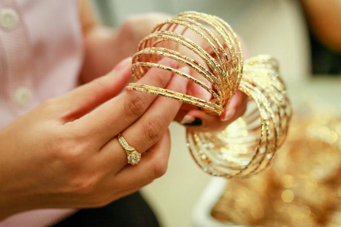 jewelry-corner-where-saigon-glitters-are-up-for-sale-5