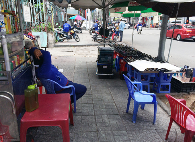 chaos-returns-to-saigons-sidewalks-after-cleanup-campaign-stalls-2