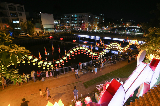 saigon-lights-up-for-buddhist-festival-3