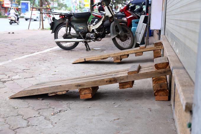 locals-retake-hanois-sidewalks-as-cleanup-campaign-dies-down