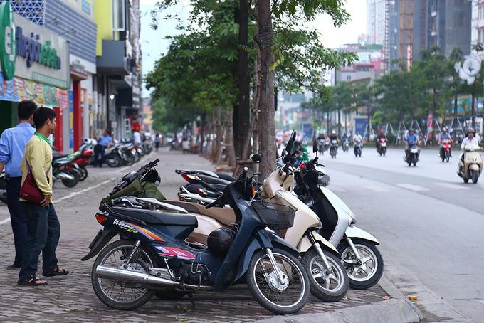 locals-retake-hanois-sidewalks-as-cleanup-campaign-dies-down-4