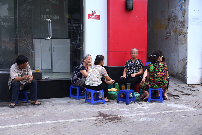 locals-retake-hanois-sidewalks-as-cleanup-campaign-dies-down-5