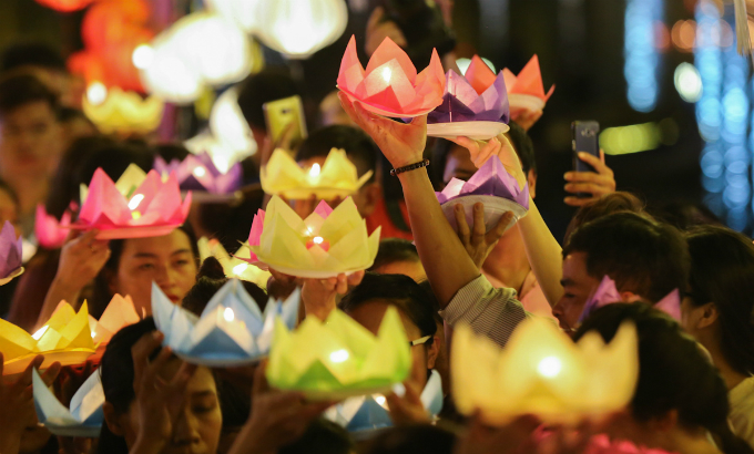 saigon-buddhists-float-lanterns-for-vesak