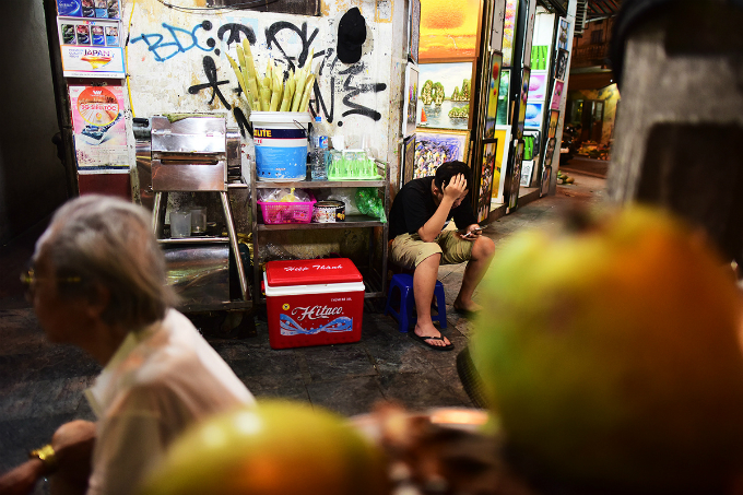 A row of sugarcane juice on Hang Be Street, who stopped drinking water, must hold a plastic seat in the seated.