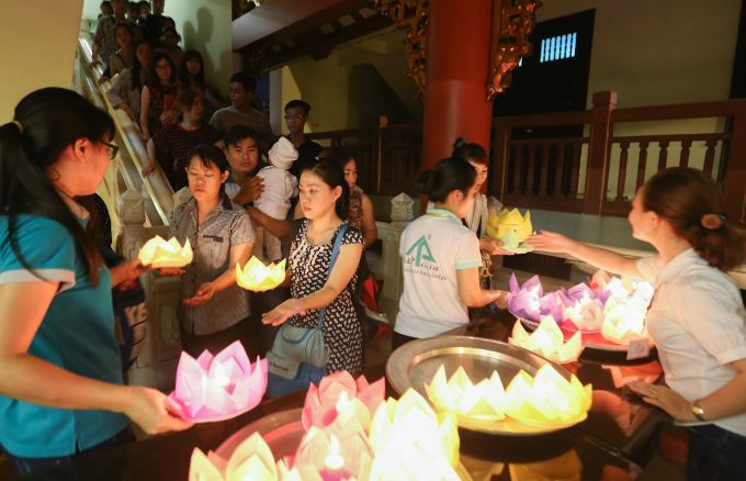 saigon-buddhists-float-lanterns-for-vesak-1