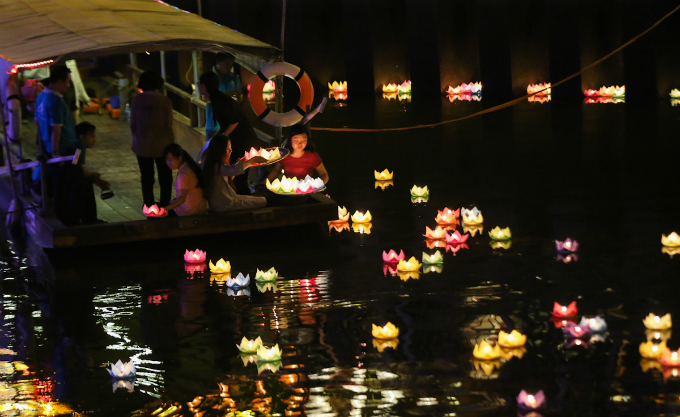 saigon-buddhists-float-lanterns-for-vesak-3