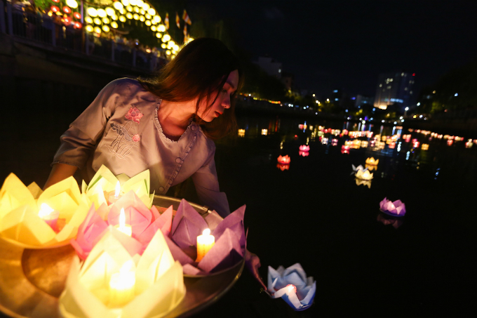 saigon-buddhists-float-lanterns-for-vesak-4
