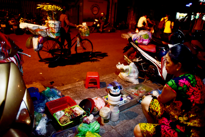 Ms. Huong has been selling garment accessories on Hang Bac Street for many years: Since the campaign to clear the sidewalk, customers less gradually, mostly acquaintances.
