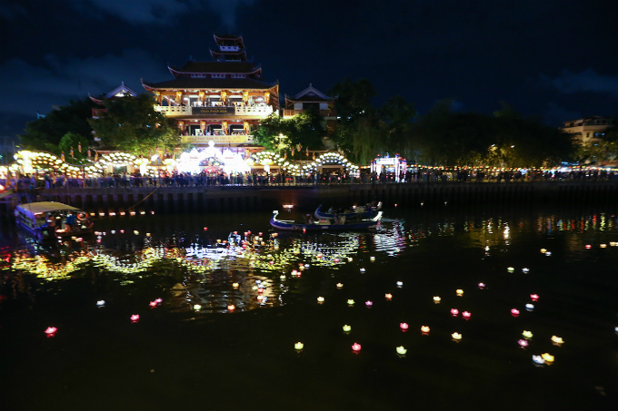 saigon-buddhists-float-lanterns-for-vesak-8
