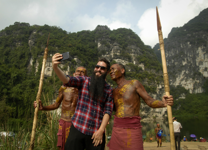 kong-skull-island-director-reunites-with-local-actors-in-surprise-vietnam-visit-2