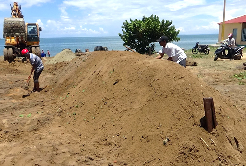 fishermen-hold-funeral-for-giant-whale-found-floating-off-central-vietnam