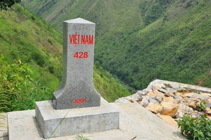 vietnamese-travelers-hit-with-backlash-after-writing-on-landmark-for-deceiving-photo-1