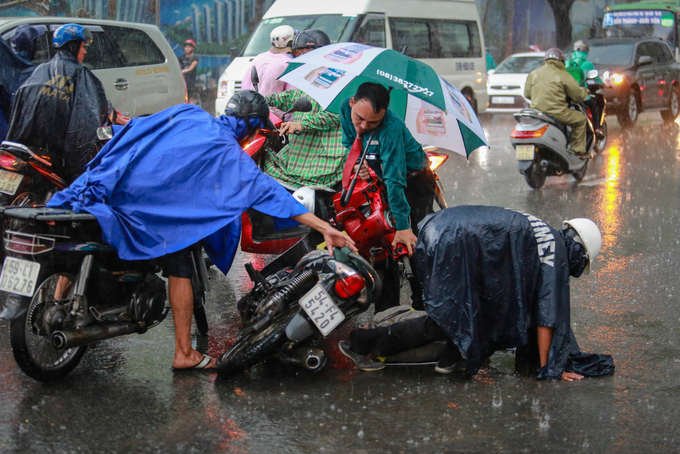 saigon-traffic-sinks-into-chaos-under-heavy-rain-1