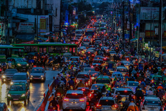 saigon-traffic-sinks-into-chaos-under-heavy-rain-5