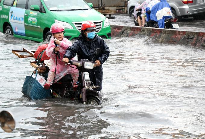 no-end-in-sight-for-saigons-flooding-saga-2