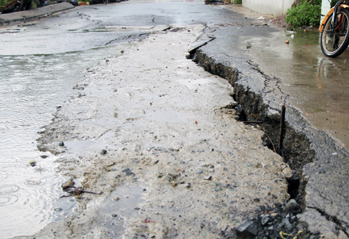 2-fear-of-erosion-spreads-to-saigon-as-riverbank-road-cracks
