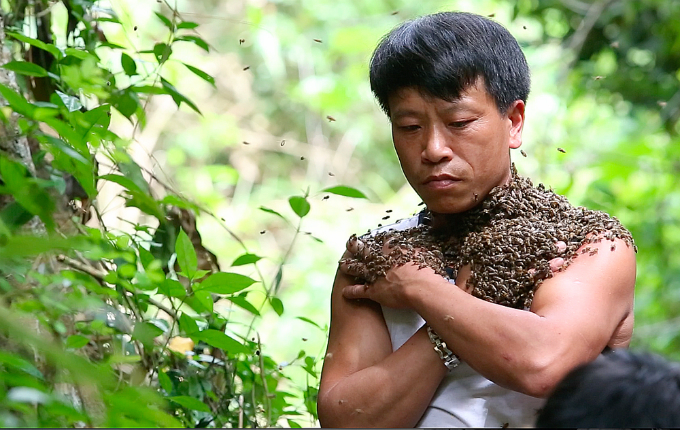 meet-the-vietnamese-man-whose-body-is-a-walking-beehive