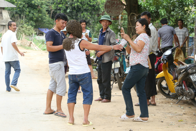 meet-the-vietnamese-man-whose-body-is-a-walking-beehive-4