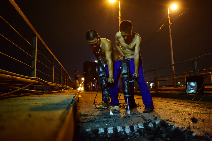 workers-sweat-through-the-night-to-resurface-hanois-iconic-long-bien-bridge-1