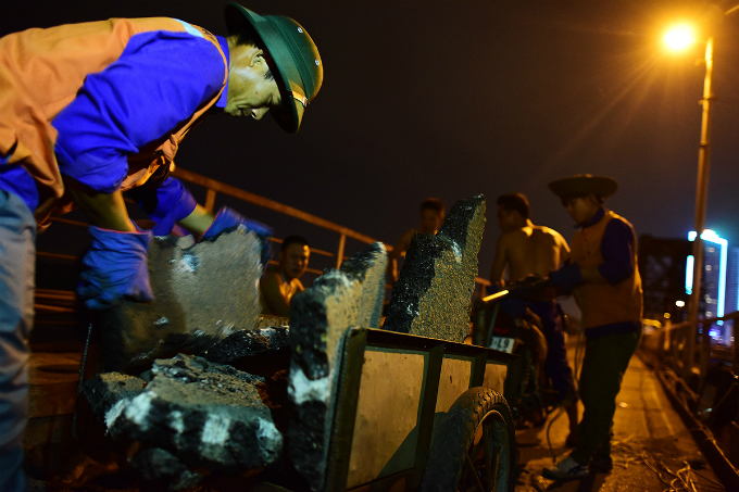 workers-sweat-through-the-night-to-resurface-hanois-iconic-long-bien-bridge-2