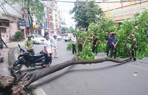 chaos-on-hanoi-streets-as-heavy-rain-strong-winds-end-heat-wave