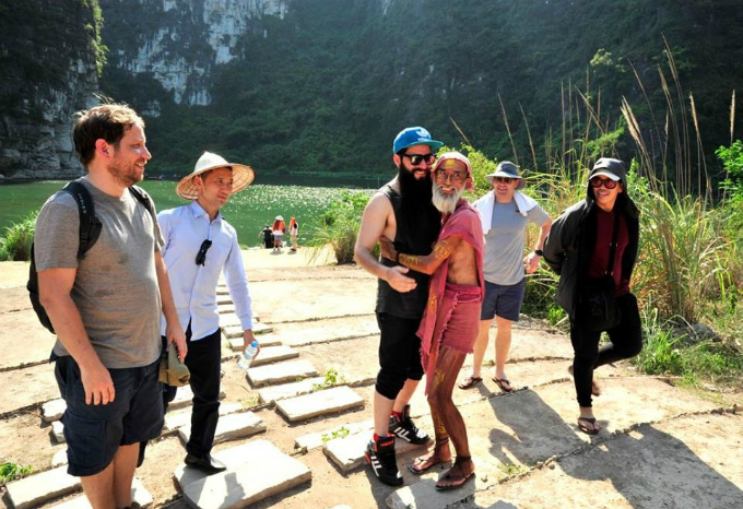 The cast at the set hugged the young director to see him again. Between the director and the actors in the film in Ninh Binh keep the close relationship after closing the camera.