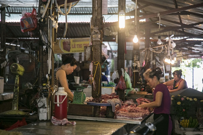 Vendors at Chau Long Market. Photo by VnExpress/Bao Yen