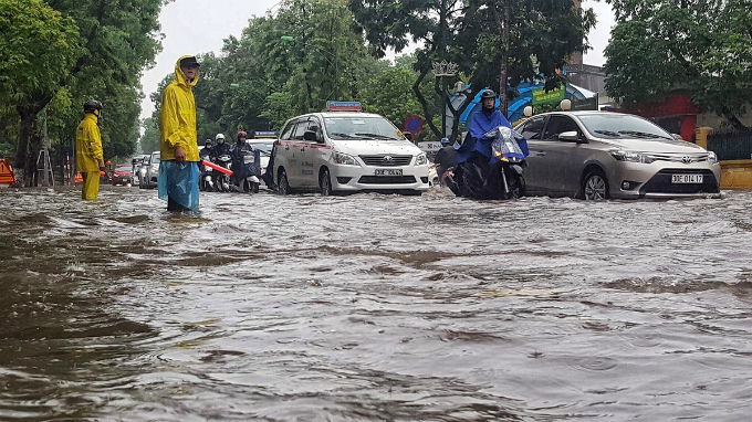 At around 7:30a.m., a torrential rain poured down on the districts in Hanoi, drowning Dien Bien Phu Street under 30cm deep of water. The national meteorological and hydrological forecasting center said the heavy rain in Hanoi was due to the impact of a low pressure system churning through the northern region of Vietnam.