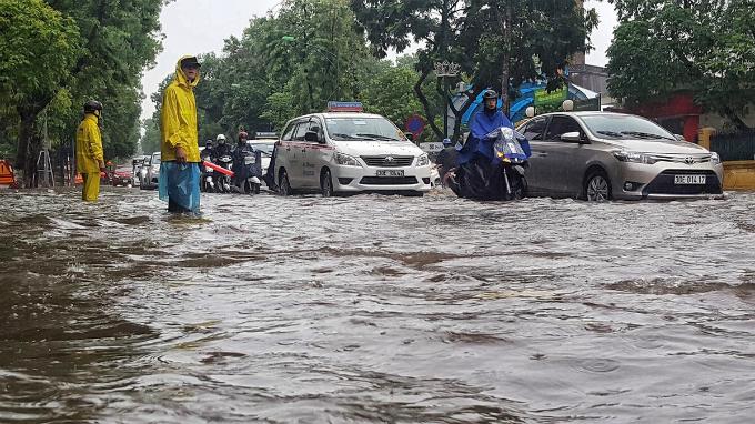 Heavy rain leaves traffic floundering in Hanoi