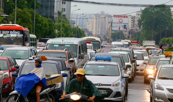 The heavy rain occurs during early peak hours, causing prolonged traffic jam on major streets.