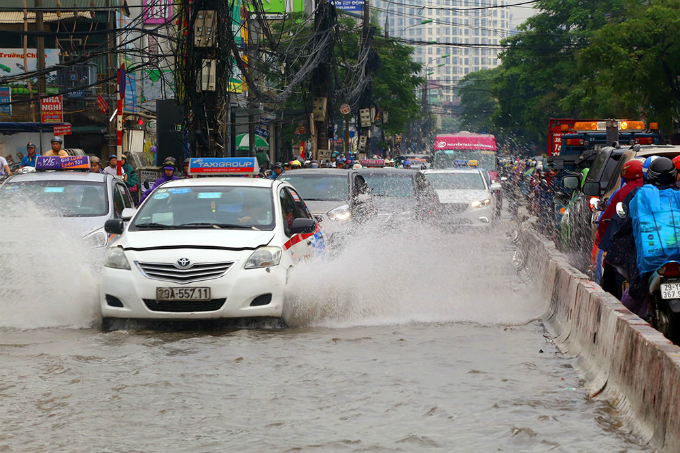 Major streets leading to city centre such as Truong Chinh, Le Trong Tan, Dinh Cong and Linh Dam are also flooded.