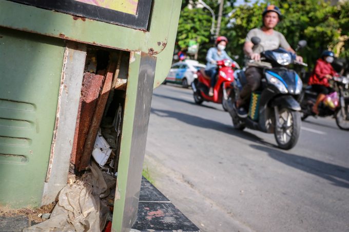 trash-piles-up-at-saigons-forgotten-tourist-info-stations-1
