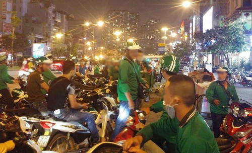 turf-war-between-grab-crew-and-motorbike-taxis-gets-violent-in-saigon