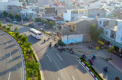 Motorbikes have to avoid the house and join the lanes for trucks and cars. Photo by VnExpress/Nhu Quynh
