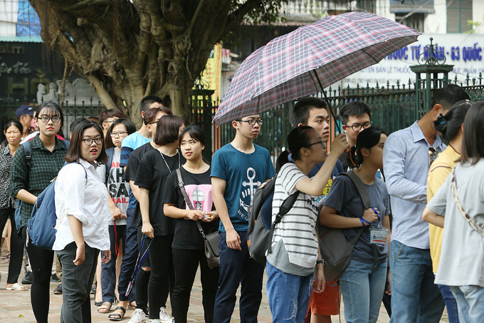 students-search-for-luck-at-hanoi-temple-before-exam-of-their-lives