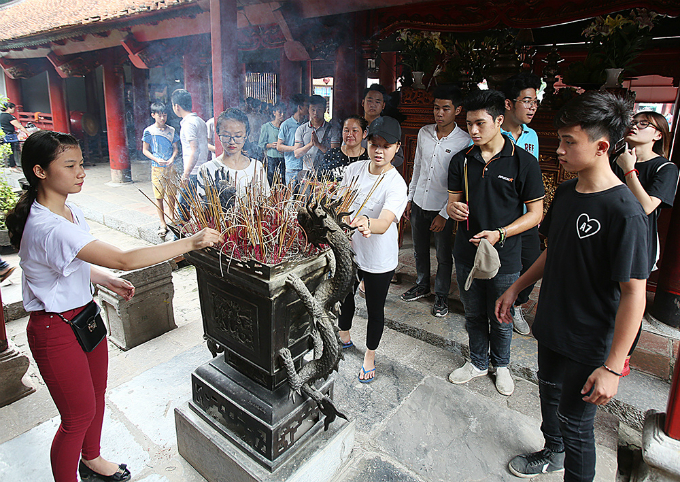 students-search-for-luck-at-hanoi-temple-before-exam-of-their-lives-1