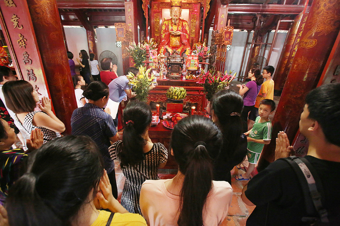 students-search-for-luck-at-hanoi-temple-before-exam-of-their-lives-2