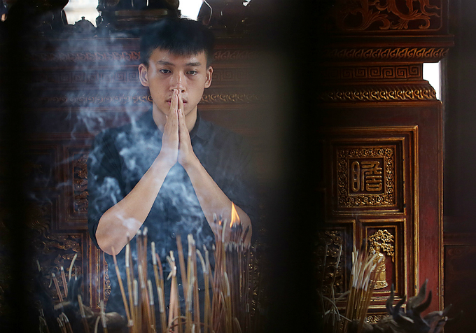 students-search-for-luck-at-hanoi-temple-before-exam-of-their-lives-3