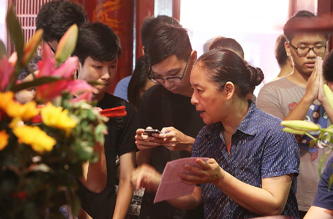 students-search-for-luck-at-hanoi-temple-before-exam-of-their-lives-5