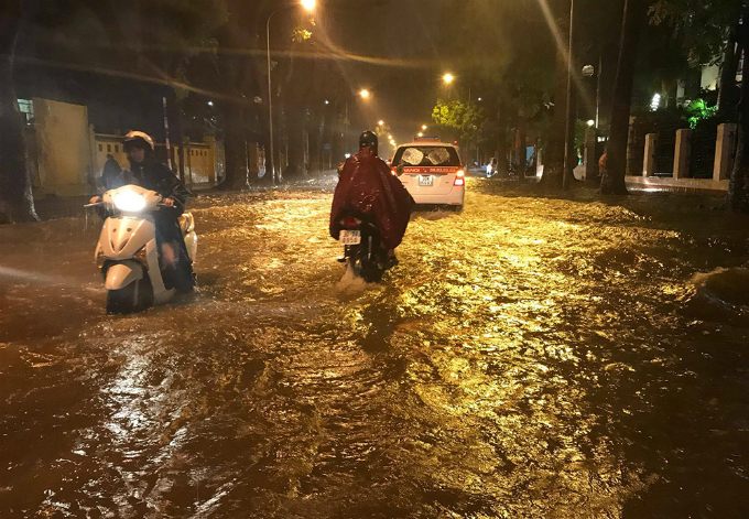 widespread-flooding-almost-paralyzes-hanoi-after-downpour